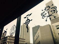 「鋼の錬金術師」コラボレーションカフェの窓に施された装飾。