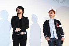 左から曇天火役の中村悠一、若野哲也監督。