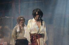 狩野和馬演じる湯上(奥)と、櫻井圭登演じる吉原詩郎(手前)。