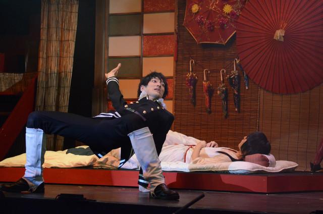 末原拓馬演じる山田光路郎(手前)と、櫻井圭登演じる吉原詩郎(奥)。