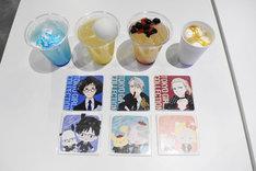 「『ユーリ!!! on ICE × サンリオキャラクターズ × 東京ガールズコレクション』POP UP SHOP in TOKYO」で提供されるドリンクとコースター。