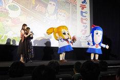 「ポプテピピック」先行上映会の様子。向かって左には小松未可子と上坂すみれ、右にはポプ子とピピ美の着ぐるみが。