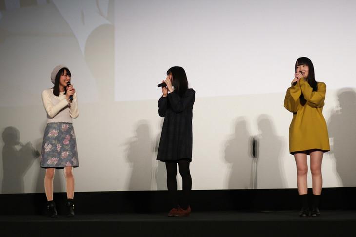 先行上映会のトーク模様。左から一之瀬花名・近藤玲奈、十倉栄依子役・嶺内ともみ、千石冠役・長縄まりあ。