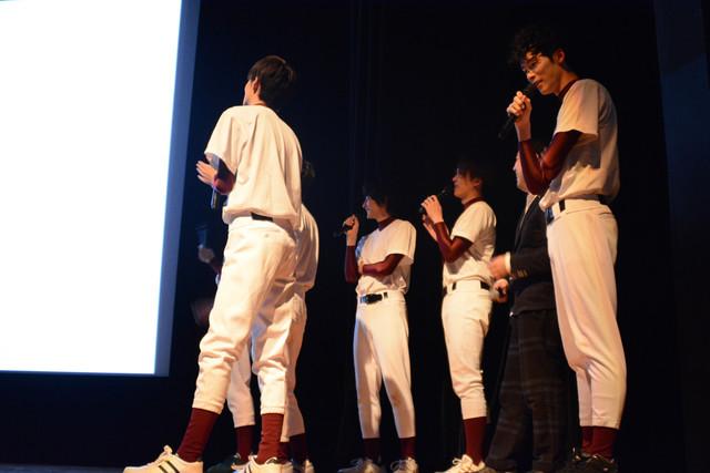 宮崎秋人からのビデオメッセージを観るキャスト陣。