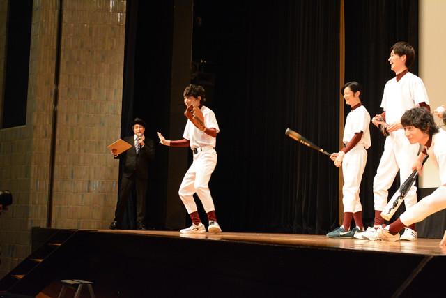 突如カニ歩きを披露する須賀健太。