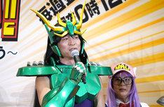 龍星座の紫龍に扮装した寺脇康文。