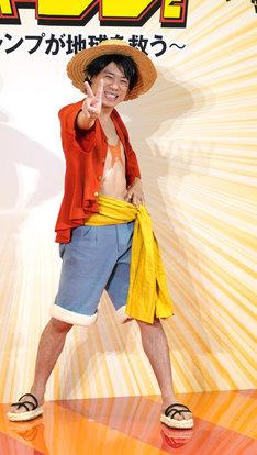 ルフィに扮装した伊藤淳史。