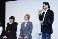 大塚明夫(右)に演技を褒められ、照れた様子の濱田龍臣(左)。