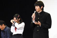濱田龍臣(右)に天然ぶりを暴露されてしまい恥ずかしがる与田祐希(左)。