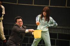 舞台「おおきく振りかぶって」ゲネプロの様子。甘夏を握りつぶす百枝まりあ(右)。