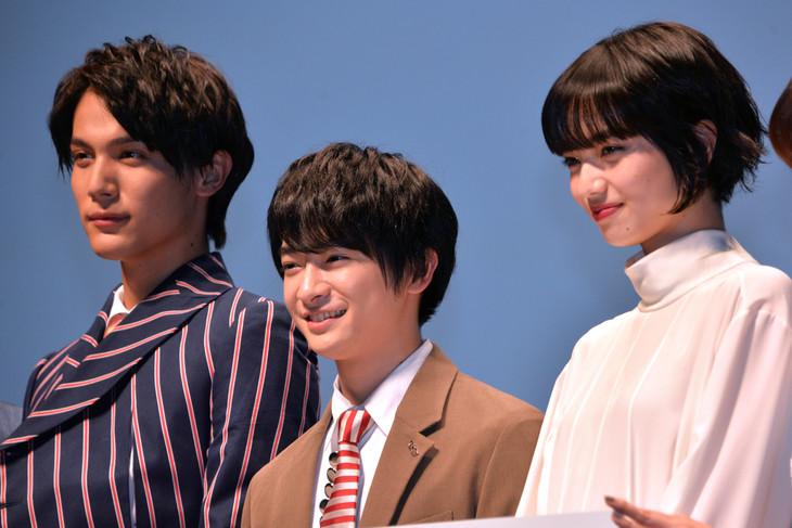 左から川渕千太郎役の中川大志、西見薫役の知念侑李、迎律子役の小松菜奈。