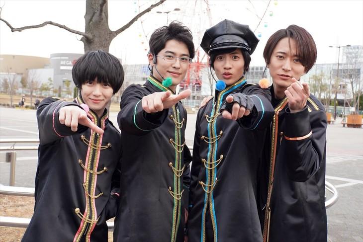 「ドルメンX」より。左からニイ役の小越勇輝、サイ役の堀井新太、隊長役の志尊淳、イチイ役の浅香航大。