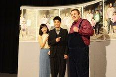 ドラマ「弟の夫」試写会の様子。記者の要望に応えてファイティングポーズをとる把瑠都(右)。