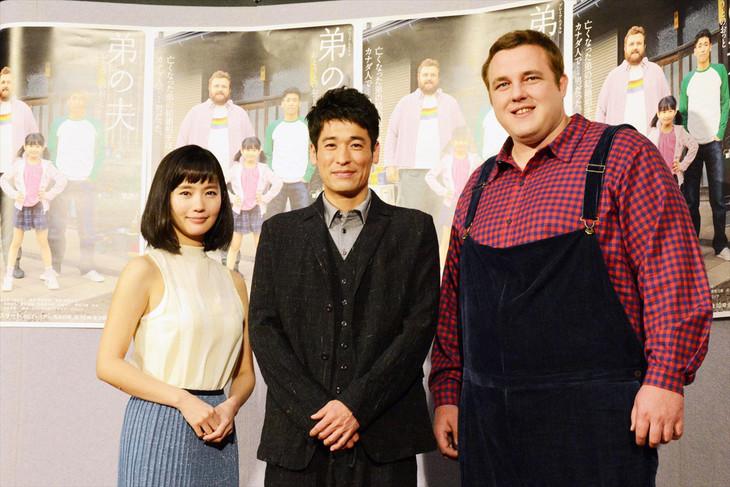フォトセッションの様子。左から中村ゆり、佐藤隆太、把瑠都。
