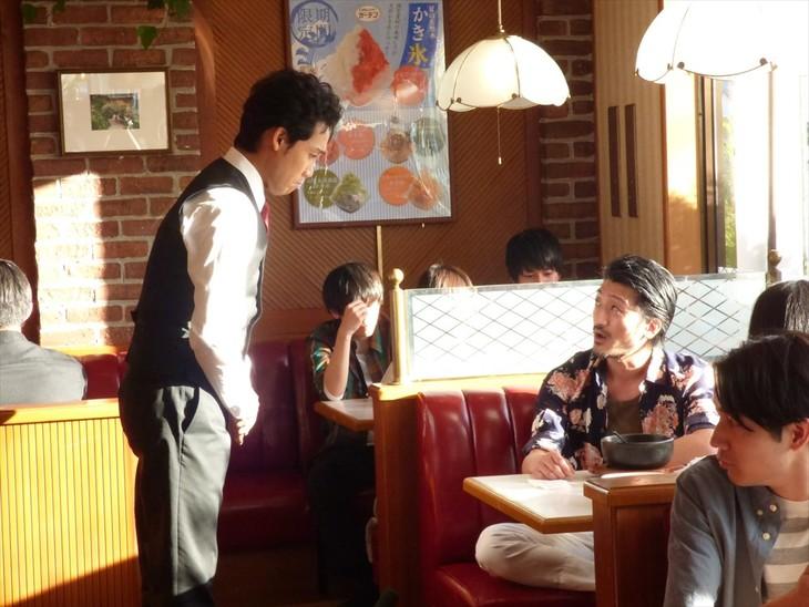 映画「恋は雨上がりのように」メイキングカットより、大泉洋扮する近藤正己の謝罪シーン。