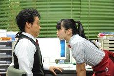 映画「恋は雨上がりのように」メイキングカット。左から大泉洋扮する近藤正己、小松菜奈扮する橘あきら。