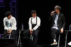 「『十二大戦』スペシャルイベント」のトークコーナーの様子。左から岡本信彦、チョー、江口拓也。
