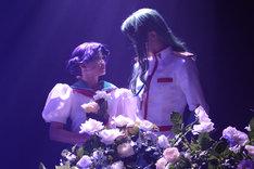山内優花扮する姫宮アンシーと、横井翔二郎扮する西園寺莢一。