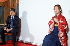 左からKDDIの圓谷道成氏、須藤凜々花。