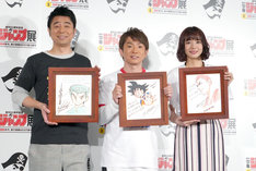 左から有野晋哉、濱口優、岡田紗佳。「JUMP Hero's Monday!」で展示される、鳥山明、井上雄彦、冨樫義博の描き下ろし色紙を手にしている。