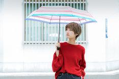「おそ松さん」をモチーフにした折り畳み傘の使用例。