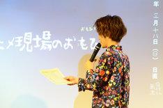 夜宵草に卒業証書を授与する小野賢章。