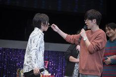 櫻井孝宏にケーキを食べさせてもらう伊藤節生。