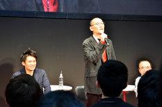 立ち上がり熱弁する藤田和日郎