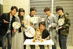 井上和彦の誕生日を祝うキャスト陣。