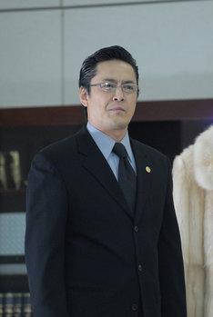 デビット伊東演じる秘書の西田。