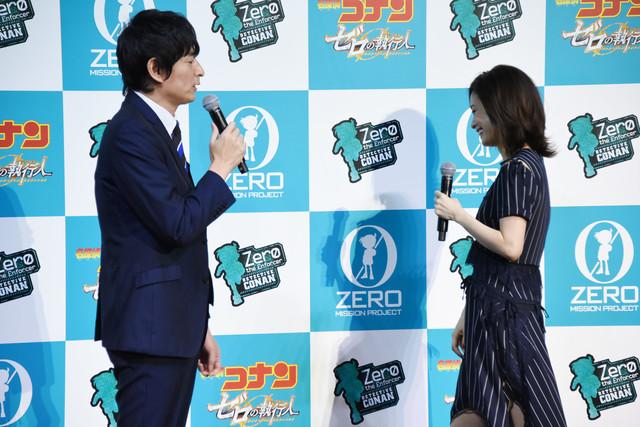 上戸彩(右)に「……ハッ!」というセリフを披露する博多大吉(左)。