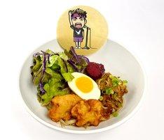 「牛島気合の選手宣誓!牛肉と鶏から揚げ、紫野菜のサラダ穀物うどん」