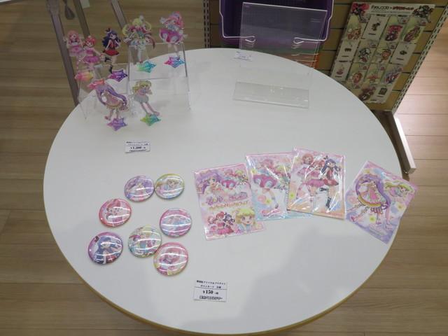 「劇場版 プリパラ&キラッとプリ☆チャン ~きらきらメモリアルライブ~」のグッズの一部も先行販売する。