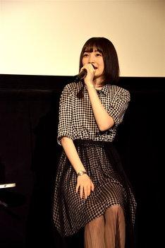 綾戸純恵役の上田麗奈。