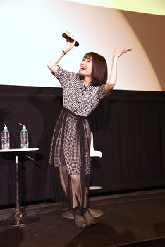 植物のジェスチャーをする、綾戸純恵役の上田麗奈。