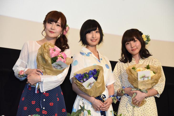 OVA「あさがおと加瀬さん。」上映会の舞台挨拶の様子。左から山田結衣役の高橋未奈美、加瀬友香役の佐倉綾音、三河役の木戸衣吹。