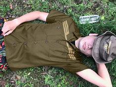 アニメ「機動戦士ガンダム」ジオン公国軍の制服をモチーフにしたワークシャツの着用例。