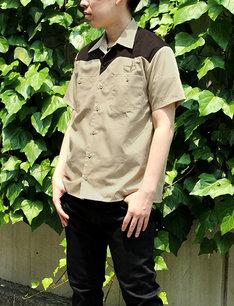 アニメ「機動戦士ガンダム」地球連邦軍の制服をモチーフにしたワークシャツの着用例。
