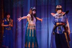演劇女子部「ファラオの墓~蛇王・スネフェル~」公開ゲネプロより。左から飯窪春菜演じるネルラ、牧野真莉愛演じるアンケスエン、加賀楓演じるサリオキス。