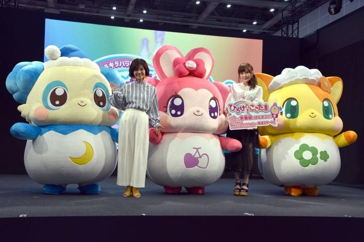 左から、「キラキラハッピー★ ひらけ!ここたま」発表会に登場したピロー、伊瀬茉莉也、リボン、高橋未奈美、ちゃこ。