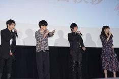 井上喜久子(右)がお決まりの自己紹介をするにあたり、「どうぞどうぞ」と促す共演者たち。