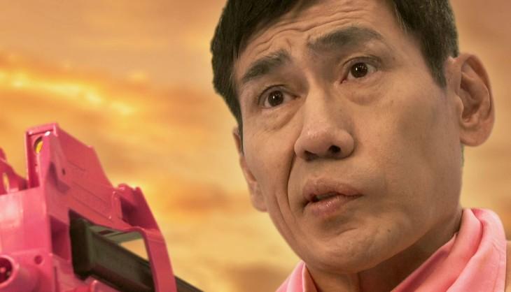 実写CMより。エスパー伊東はレンと同様にピンクのスカーフを巻いているが、上半身は裸。