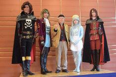 左からキャプテン・ハーロック役の平方元基、機械伯爵役の染谷俊之、総監修を務める松本零士、クレア役の美山加恋、クイーン・エメラルダス役の凰稀かなめ。