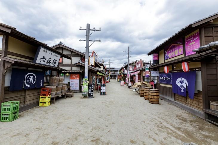 かぶき町のセット。(c)空知英秋/集英社 (c)2018 映画「銀魂2」製作委員会