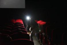 「影鰐 LIVE 上映 2.8 猿楽ナイトツアー」の様子。奇獣を特殊部隊が銃撃する。