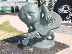 """""""水木しげるロード""""の妖怪ブロンズ像。"""