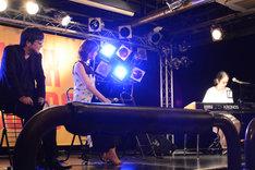 ピアノを弾く高木正勝。