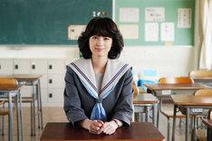 清野菜名演じる赤坂理子。