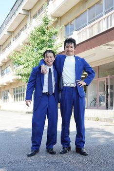 左から矢本悠馬扮する谷川安夫、太賀扮する今井勝俊。