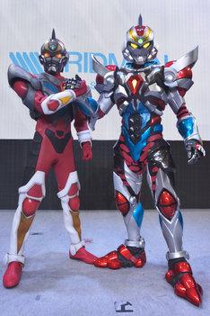「SSSS.GRIDMANスペシャルナイト」の様子。左が「電光超人グリッドマン」のグリッドマン、右がアニメ「SSSS.GRIDMAN」のグリッドマン。